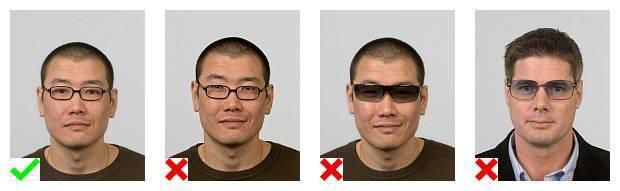 Voorbeelden van pasfoto's van een brildrager. 1 foto voldoet aan de eisen. Op 3 foto's wordt de bril op een verkeerde manier gedragen.