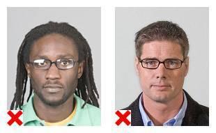 2 voorbeelden van pasfoto's van een brildrager die niet voldoen aan de eisen.