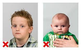 2 voorbeelden van pasfoto's waarop de lichaamshouding niet volgens de eisen is.