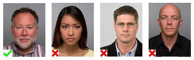 Voorbeelden van pasfoto's. 1 foto voldoet aan de eisen. Op 3 foto's is de positionering niet goed.