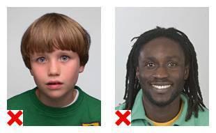 2 voorbeelden van pasfoto's waarop de gezichtsuitdrukking niet volgens de eisen is.