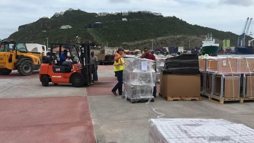 Hulpverleners aan het werk op Sint Maarten na orkaan Irma