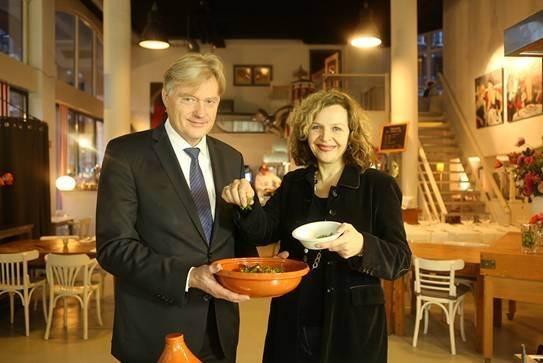 Minister Schippers en staatssecretaris Van Rijn tonen een gezonde maaltijd