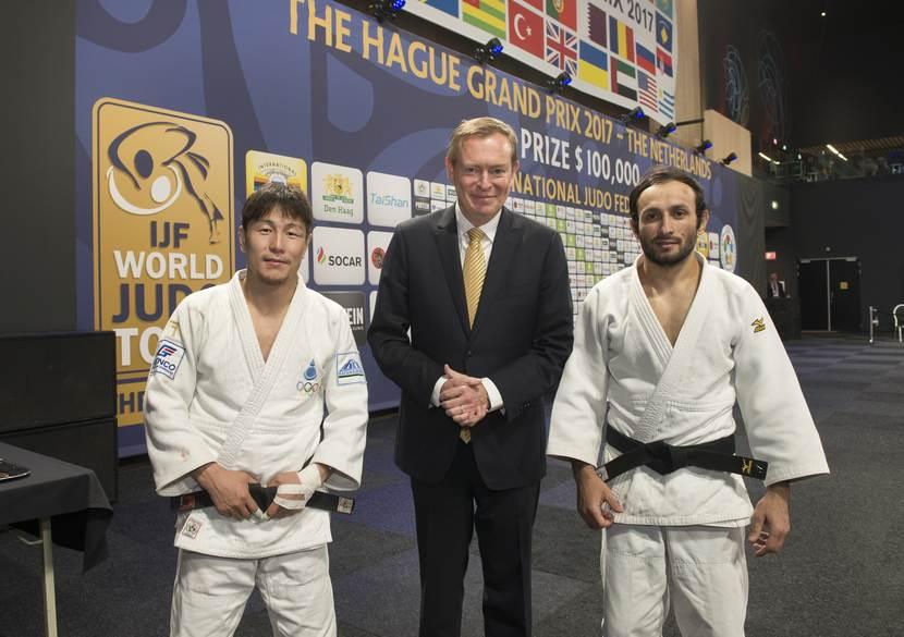 Minister Buins bij de Grand Prix Judo