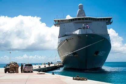Karel Doorman legt aan op St Maarten