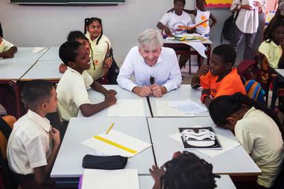 Afbeelding van minister Plasterk met een aantal schoolmeisjes